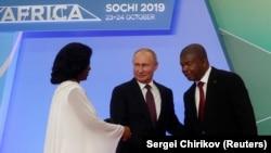 Presidente russo, Vladimir Putin, cumprimenta João Lourenço e a primeira-dama Ana Lourenço