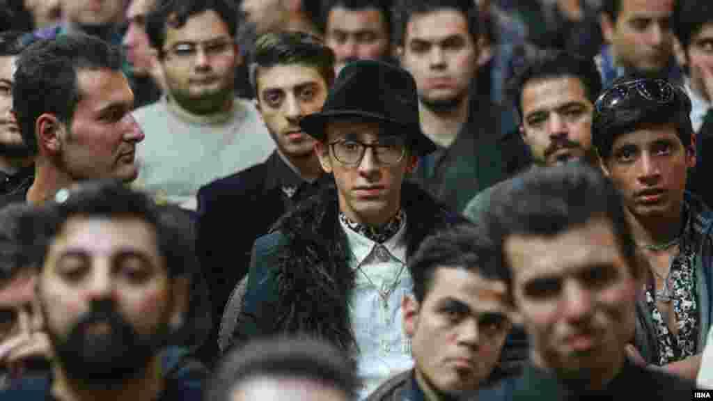 اولین مراسم سالگرد مرتضی پاشایی، خواننده جوانی که در اثر بیماری سرطان درگذشت، این هفته در تهران برگزار شد. برخی حاضران، با گذاشتن کلاهی مانند او، در مراسم سالگرد شرکت کردند. عکس: برنا قاسمی - ایسنا