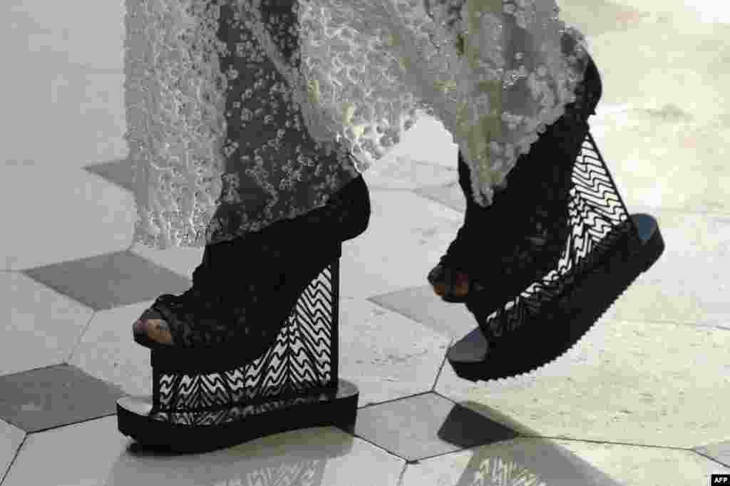 តារាម៉ូដែលមួយរូបបង្ហាញពីស្នាដៃដោយសិល្បករ Iris Van Herpen នៅអំឡុងពេលការបង្ហាញម៉ូដ Haute Couture សម្រាប់រដូវស្លឹកឈើជ្រុះ និងរដូវរងា ឆ្នាំ២០១៦ និង២០១៧។