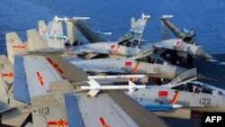 Các máy bay chiến đấu J15 trên hàng không mẫu hạm Liêu Ninh của Trung Quốc trong một cuộc tập trận trên biển. Trung Quốc vừa đưa 25 máy bay tới vùng nhận dạng không phận của Đài Loan trong khi kỷ niệm quốc khánh của mình.