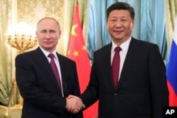 俄罗斯总统普京在克里姆林宫会晤到访的中国国家主席习近平。(2017年7月4日)