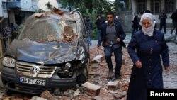 Một chiếc xe bị hỏng sau vụ đánh bom ở thành phố Diyarbakir, đông nam Thổ Nhĩ Kỳ, 4/11/2016.