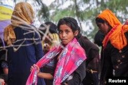 Seorang gadis pengungsi Rohingya terdampar di pantai Kuala Simpang Ulim, Aceh Timur, Provinsi Aceh, setelah berlayar lebih dari 100 hari, 4 Juni 2021. (Antara Foto/Hayaturrahmah/via Reuters)