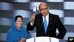 Khizr Khan, ayah dari Kapten Angkatan Darat AS Humayun Khan, mengangkat salinan Konstitusi AS dengan sang istri disampingnya Kamis (28/7).