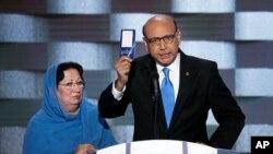 Ông Khizr Khan phát biểu trong ngày cuối cùng của Đại hội Đảng Dân chủ toàn quốc ở Philadelphia, ngày 28/7/2016.
