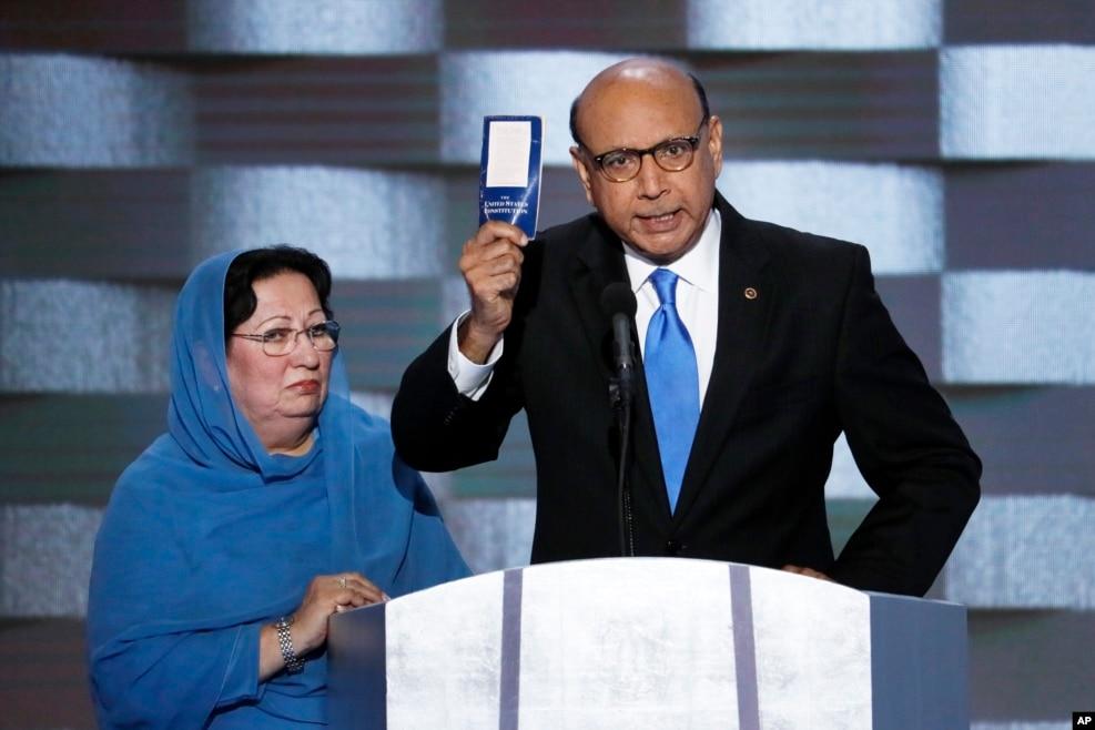 """在伊拉克牺牲的美国穆斯林军人的父亲希尔·汗拿着美国宪法在民主党大会上质问说:""""川普,你读过美国宪法吗?我可以借给你一本!"""""""