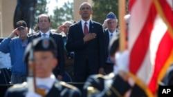 Tổng thống Hoa Kỳ Barack Obama (giữa) và Tổng thống Pháp Francois Hollande dự lễ kỷ niệm ngày D-Day ở Normandy, Pháp, 6/6/14