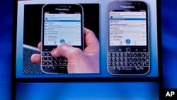 Photo : Le directeur du marketing et de l'entreprise, Jeff Gadway, démontre le nouveau téléphone BlackBerry classique, lors d'une conférence de presse, le 17 décembre 2014, à New York. (AP Photo / Bebeto Matthews)