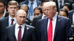 지난해 APEC 정상회담에서 만난 도널드 트럼프 미국 대통령(오른쪽)과 블라드미르 푸틴 러시아 대통령.