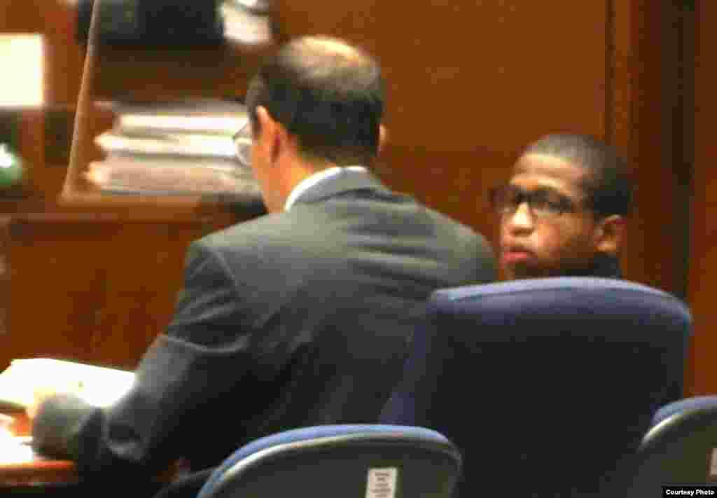 被告博尔登庭讯时回头看家人(图片由Sophia Li/Neon Tommy提供)