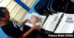 Dokumentasi dan kliping media mengenai UFO dari berbagai daerah di Indonesia dan dunia. (Foto: VOA/Petrus Riski)