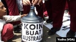Puluhan siswa SD di Solo menggelar aksi mengumpulkan uang koin untuk Australia, sebagai bentuk respon atas ucapan Perdana Menteri Australia, Tony Abbott yang menyinggung bantuan Tsunami Aceh (Foto: VOA/Yudha)