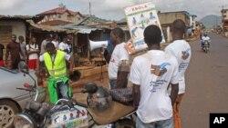 Nhân viên y tế nói chuyện với người dân trên đường phố về virus Ebola chết người tại thành phố Freetown, Sierra Leone, ngày 4/8/2014.