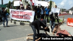 Aksi pemuda Muslim di Solo tolak ISIS, di depan Balaikota Solo, Senin siang, 23 Maret 2015 (VOA/Yudha Satriawan)