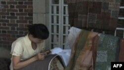 В Вашингтоне проходит выставка батиков из коллекции матери президента Обамы