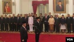 Pelantikan Kepala Badan Nasional Penanggulangan Terorisme Irjen Tito Karnavian dan Kepala Badan Nasional Keamanan Laksda Arie Soedewo di Istana Negara Jakarta (16/3). (VOA/Andylala Waluyo)