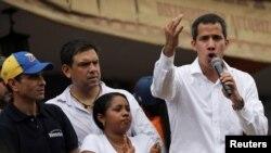 """Juan Guaidó negó que le hayan pedido a los militares sublevación, """"sino que se pongan del lado de la Constitución"""", agregó."""