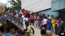 在委内瑞拉的加拉加斯,人们在超市外等待购买政府补贴食品(2016年11月18日)。