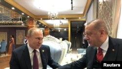 Türkiyə prezidenti Rəcəb Tayyib Ərdoğan və Rusiya prezidenti Vladimir Putin Düşənbədə sammitdə, 15 iyun, 2019.