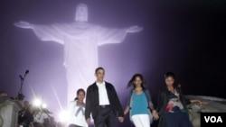 La familia presidencial de Estados Unidos, el presidente Obama, su esposa Michelle y sus hijas Sasha y Malia en la última escala de su viaje a Brasil, tras visitar el Cristo Redentor.