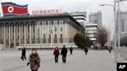 Warga Korea Utara berjalan di lapangan Kim Il Sung, Pyongyang (19/3). Para diplomat asing masih bertahan di Pyongyang meski ketegangan meningkat antara dua Korea.