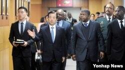 한민구 한국 국방부 장관(왼쪽 두번째)과 조앙 마누엘 곤살베스 로렌소 앙골라 국방장관(오른쪽 두번째)이 19일 서울 용산구 국방부에서 대담을 위해 이동하고 있다.