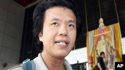 Akachai Hongkangwan berbicara pada wartawan di depan pengadilan pidana Bangkok (28/3). (AP/Apichart Weerawong)