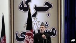 Tổng thống Afghanistan Hamid Karzai phát biểu trong ngày đầu của hội nghị Loya Jirga trong thủ đô Kabul, Afghanistan