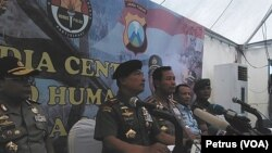 Panglima TNI Jenderal Moeldoko dan Kapolri Jederal Sutarman Memberikan keterangan pers usai menemui keluarga korban pesawat Airasia QZ8501 di Polda Jawa Timur, Senin, 5 Januari 2015 (Foto: VOA/Petrus).