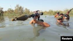 شبه نظامیان شیعۀ عراق که در کنار نیروهای امنیتی عراق برضد گروه دولت اسلامی می جنگند