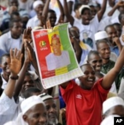 Supporters of Cellou Dalein Diallo, the leader of the opposition Guinean Union of Democratic Forces, and presidential candidate attend a meeting with their leaders at the cultural palace in Abidjan, Ivory Coast, 09 May 2010