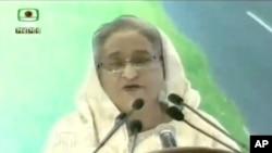 ຮູບພາບນີ້ໄດ້ມາຈາກໂທລະພາບ ATN News, ນາຍົກລັດ ຖະມົນຕີຂອງ ບັງກະລາແດັສ ທ່ານນາງ Sheikh Hasina ກ່າວຄຳປາໄສ ກ່ຽວກັບການຈັບຕົວປະກັນຂອງພວກຫົວ ຮຸນແຮງໃນຮ້ານອາຫານແຫ່ງໜຶ່ງໃນນະຄອນຫຼວງ Dhaka, 2 ກໍລະກົດ, 2016.