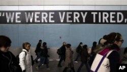 搭乘公共交通工具上下班的人潮2012年11月五号在桑迪超级飓风重创大纽约地区的一个星期之后,走下斯坦顿渡轮