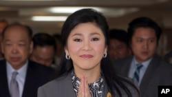 Perdana Menteri Thailand Yingluck Shinawatra tiba di kantor Kementerian Pertahanan di luar kota Bangkok (17/1). (AP/Apichart Weerawong)