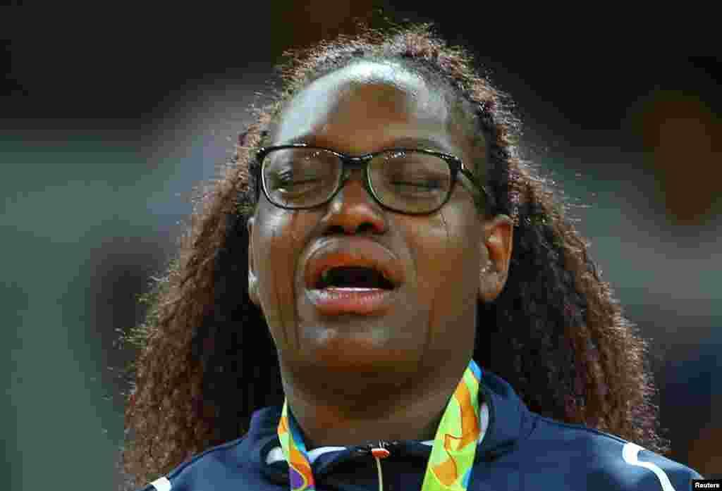 La Française Emilie Andeol verse des larmes après avoir reçu sa médaille d'or dans la catégorie des plus de 78 kg en judo, à Rio de Janeiro, Brésil, le 12 août 2016.