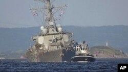 Эсминец Fitzgerald двигается с помощью буксира. 17 июня 2017 г,