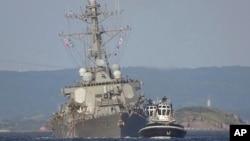 USS Fitzgerald yang rusak ditarik oleh kapal tunda dekat pangkalan AL AS di Yokosuka, baratdaya Tokyo, setelah kapal tersebut bertabrakan dengan kapal kontainer ACX Crystal lepas pantai Semenanjung Izu, 17 Juni 2017 (foto: AP Photo/Eugene Hoshiko)
