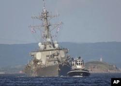 Kapal USS Fitzgerald yang rusak ditarik oleh sebuah kapal derek di dekat pangkalan angkatan laut AS di Yokosuka, sebelah barat daya Tokyo, setelah bertabrakan dengan kapal kontainer berbendera Filipina ACX Crystal dari Semenanjung Izu, 17 Juni 2017. (Foto: dok)