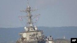 Manuari ya USS Fitzgerald iliyoharibika ikivutwa na boti kuelekea kwenye kituo cha kijeshi cha Marekani huko Yokosuka.