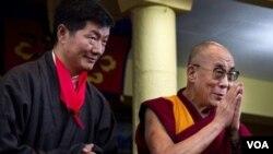 藏人行政中央政治領導人洛桑森格(左)與達賴喇嘛8月8日在印度達蘭薩拉