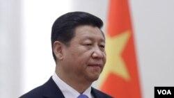 ປະທານປະເທດຈີນ ທ່ານ Xi Jinping ຢືນຕ້ອນຮັບຢູ່ພິທີ່ ສາລາ ປະຊາຊົນ ປະເທດຈີນ