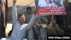 مظاهره کننده گان می گفتند که با وجود وعده های فراوان، تا حال هیچ کمکی به آنها نشده است.
