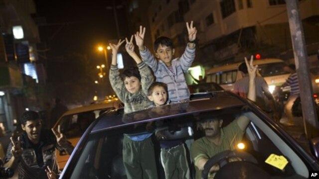 Abanyapalestina Bariko Bahimbaza Amasezerano y'Uguhagarika Ingwano Hagati ya Israel n'Intara ya Gaza mu Gisagara ca Gaza City, kw'Italiki 21mu Mwaka w'2012.