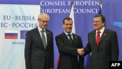Predsednik Evropskog saveta Herman van Rompuj, ruski predsednik Dmitrij Medvedev i predsednik Evropske komisije Žoze Manuel Barozo na samitu u Briselu 15. decembra 2011.