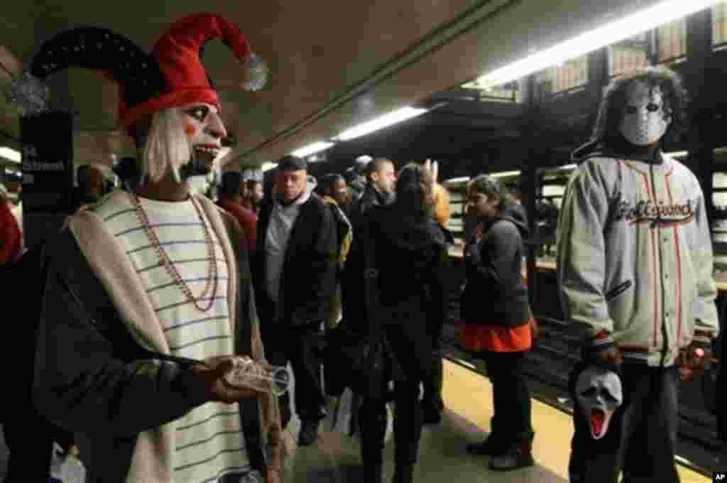 Ноќ на вештерките во њујоршкото метро. (AP Photo/Tina Fineberg)