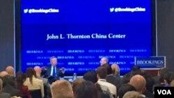 """亚投行候任行长金立群在华盛顿智库布鲁金斯学会的一次讲话中说,尽管中国未能如愿加入美国主导的TPP,但仍以""""包容""""和""""宽容""""姿态欢迎美国随时加入亚投行(美国之音萧洵拍摄)"""