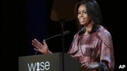 La primera dama de Estados Unidos, Michelle Obama, habla en la inauguración de la séptima edición de la Cumbre Mundial para la Innovación en Educación que se desarrolla en Doha, Qatar.