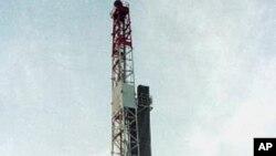 An oil rig in the Heglig oil field near Bentiu, southern Sudan (file photo)