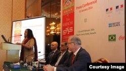 'کے ایل ایف 2014' کی منتظم امینہ سید صحافیوں کو ادبی میلے کی تفصیلات سے آگاہ کر رہی ہیں