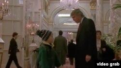 """Сцена из фильма """"Один дома 2"""" с участием Маколея Калкина и Дональда Трампа"""